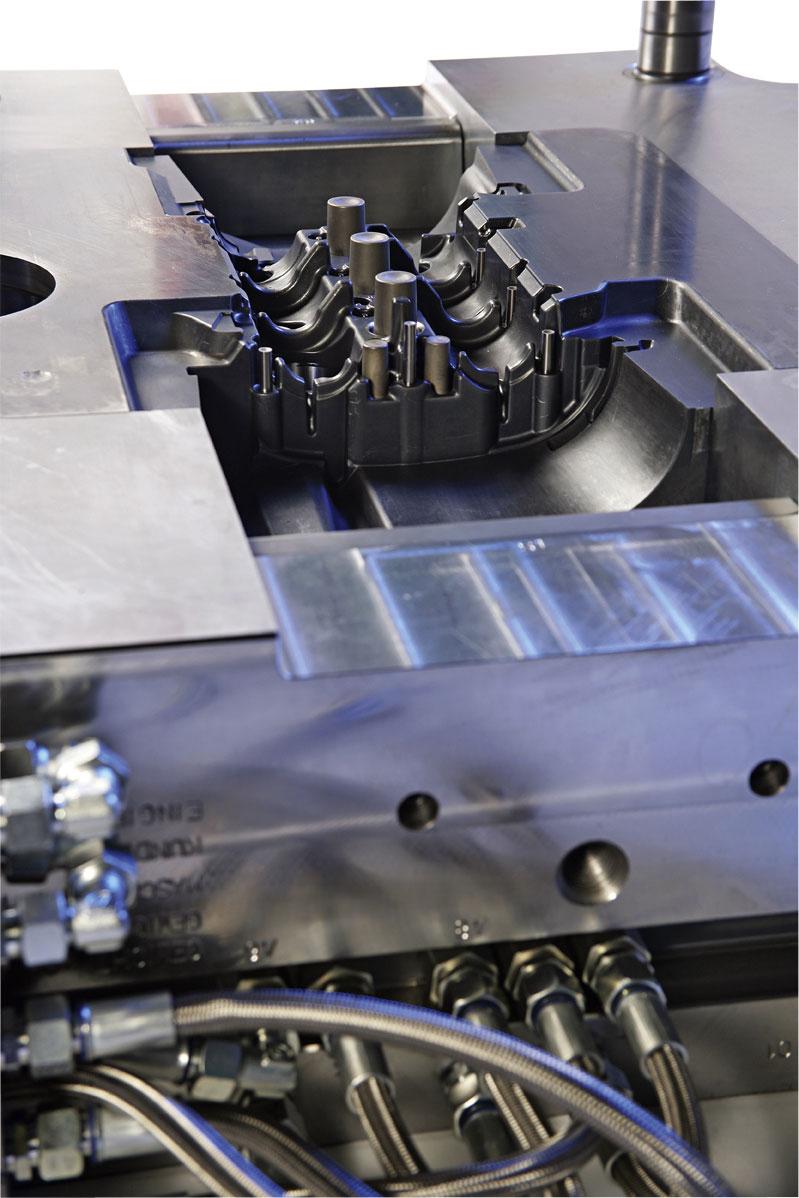 Detail: Eingießseite Aluminiumdruckgussform für Zylinderkopfhaube